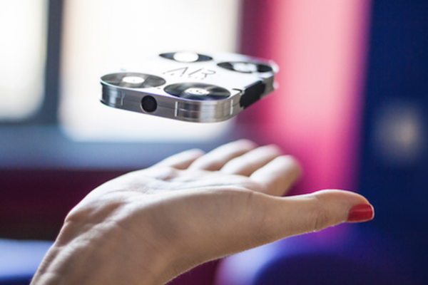 自拍「神」器:會飛的口袋型自拍無人機 AirSelfie
