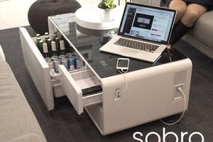 讓沙發馬鈴薯難以起身的 all-in-one 智慧茶几 Sobro,迷你冰箱、藍芽喇叭、觸控面板、USB 插座、LED 照明等通通有
