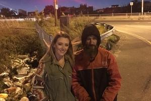 近萬人感動贊助!陌生街友用僅剩零錢救了她,她為他籌到一個家