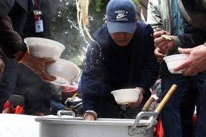 愛心飄香 23 回!萬華「刈包吉」為艱苦人籌煮團圓飯,今年也許是最後一次