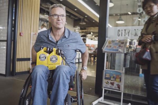 輪椅使用者常在日常情境裡遇到各種難題。