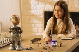 「她」有妹妹了!迷你 AI 機器人小蘇菲亞伴孩子互動成長
