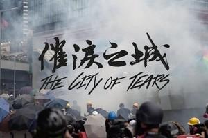 香港反送中紀錄片《催淚之城》:這個城市還在下雨,人們還沒收起傘