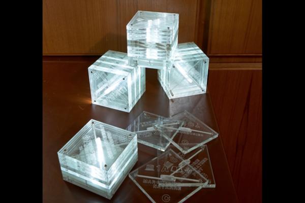 腦袋動了,方塊就亮了:LightBox³